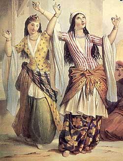 Due nomadi del deserto danzano la danza del ventre