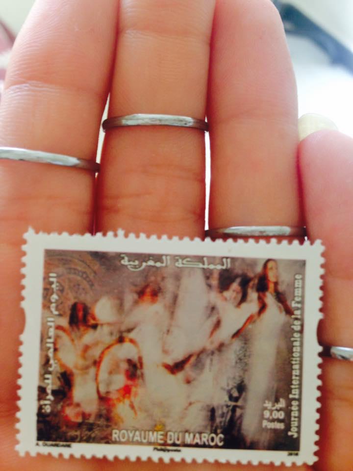 Elisa Scapeccia tiene tra le mani il francobollo dedicato a lei