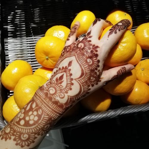 Tatuaggi all'henné sulla mano