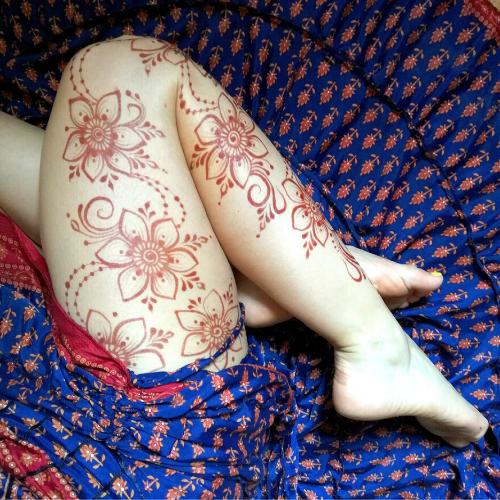 Tatuaggio henné sulla gamba