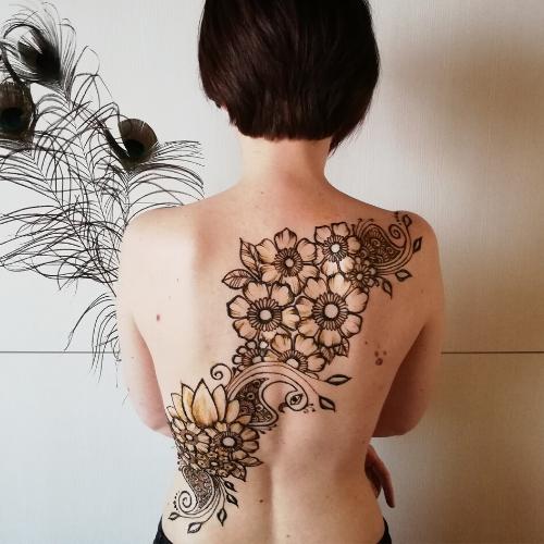 Tatuaggio henné sulla schiena